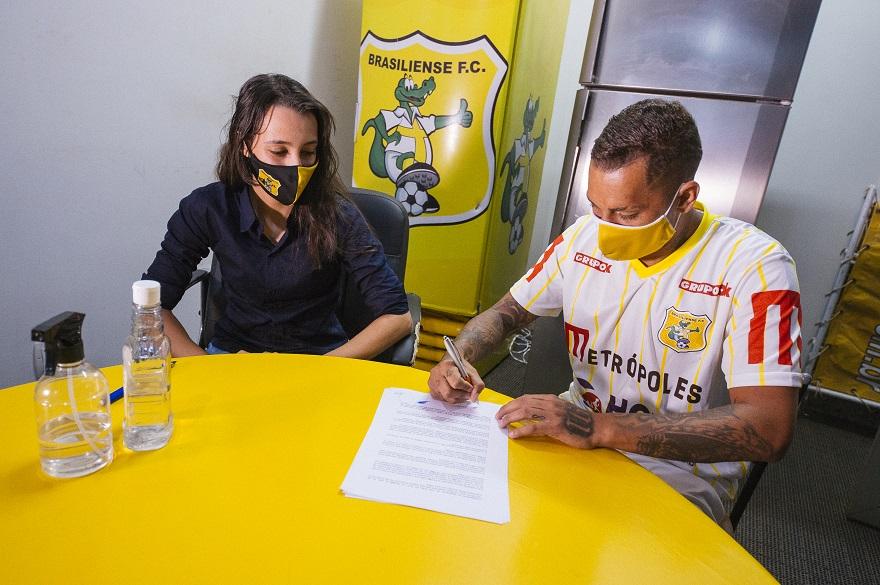 luiquinhas-e-balotelli-assinam-com-o-brasiliense